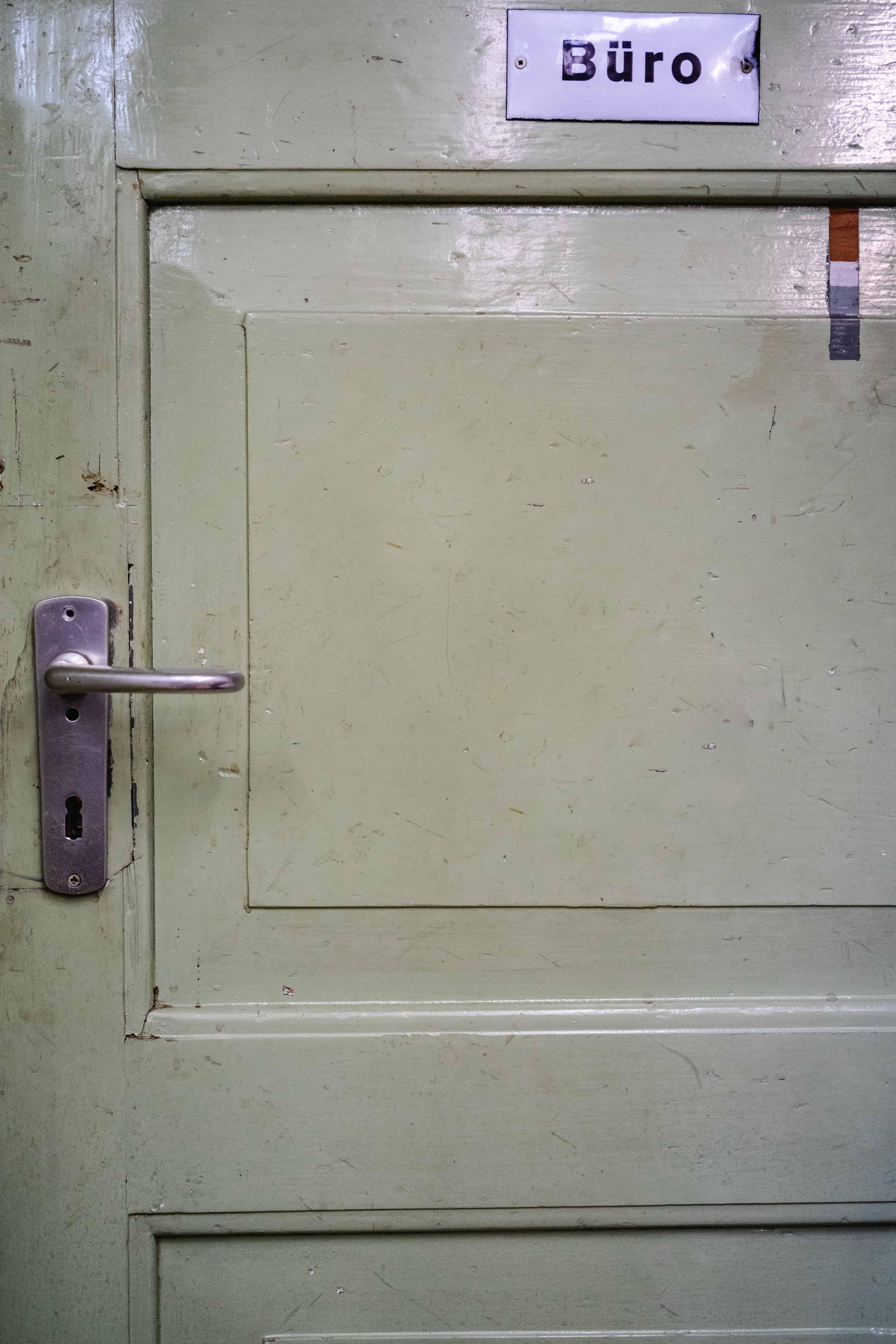 Die Bürotür in der Werkstatt von Helmut Stöhr
