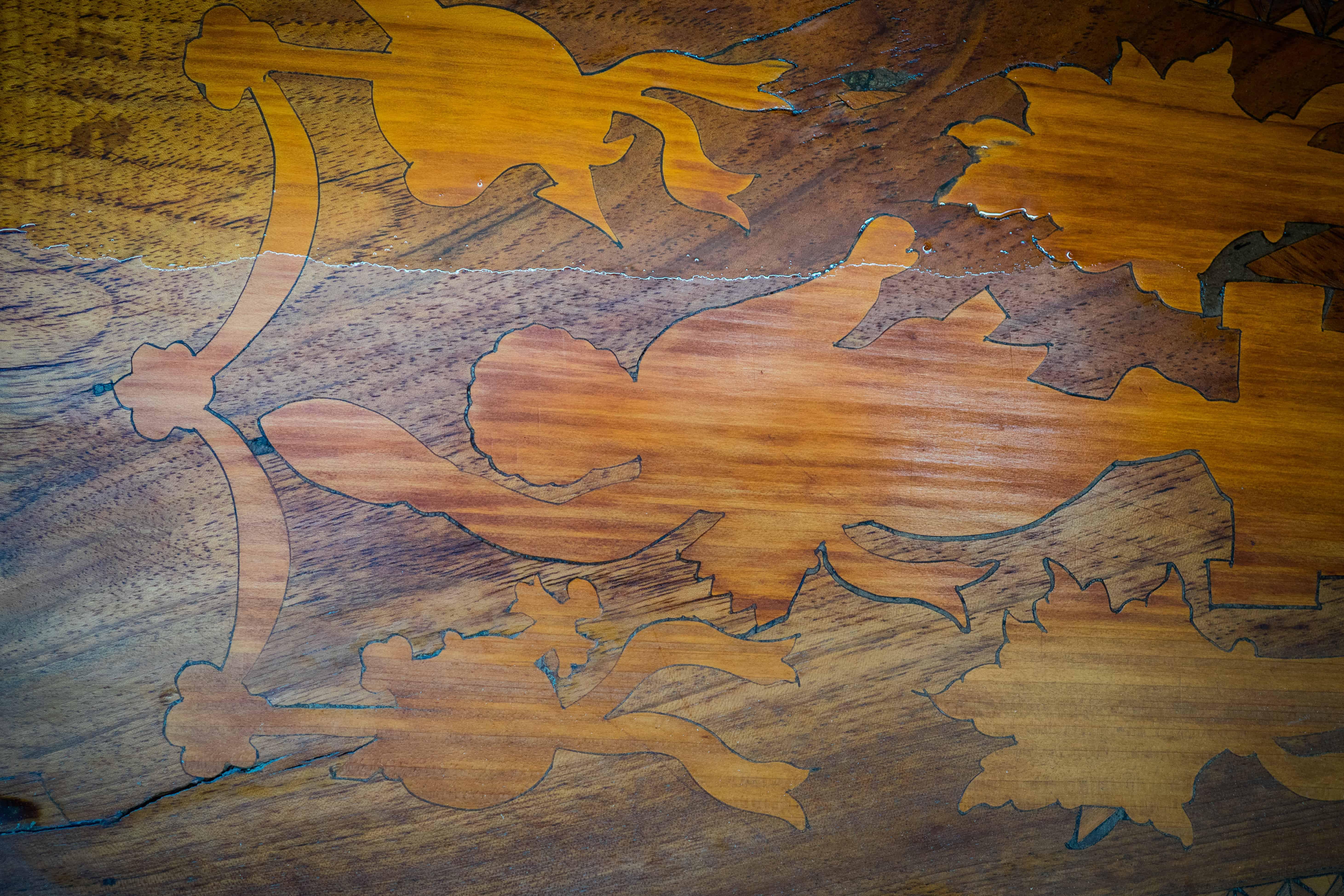 Furniertes Holz im Zopfstil