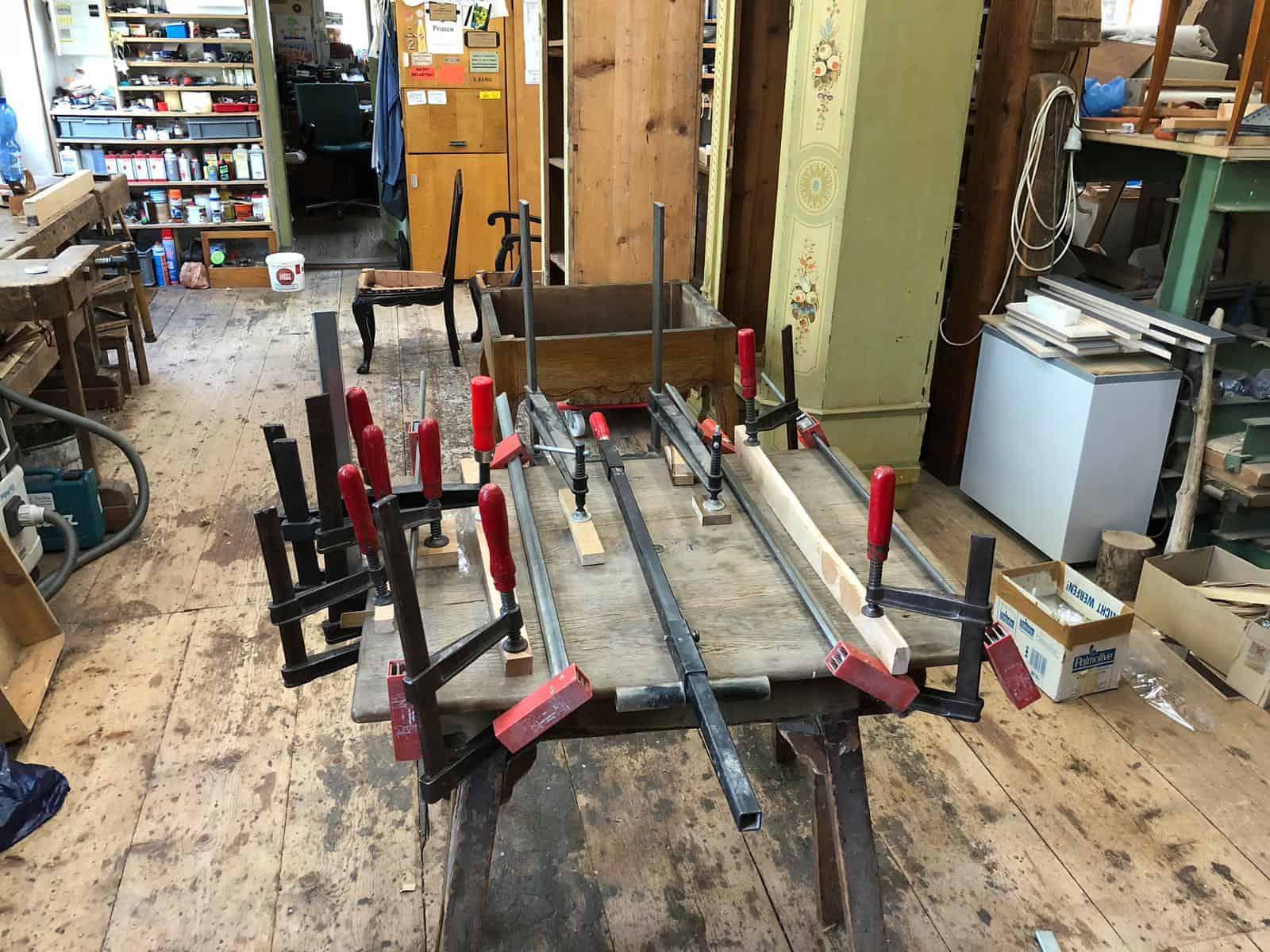 Befestigung eines massiven Holzmöbelstücks nach dem restaurieren