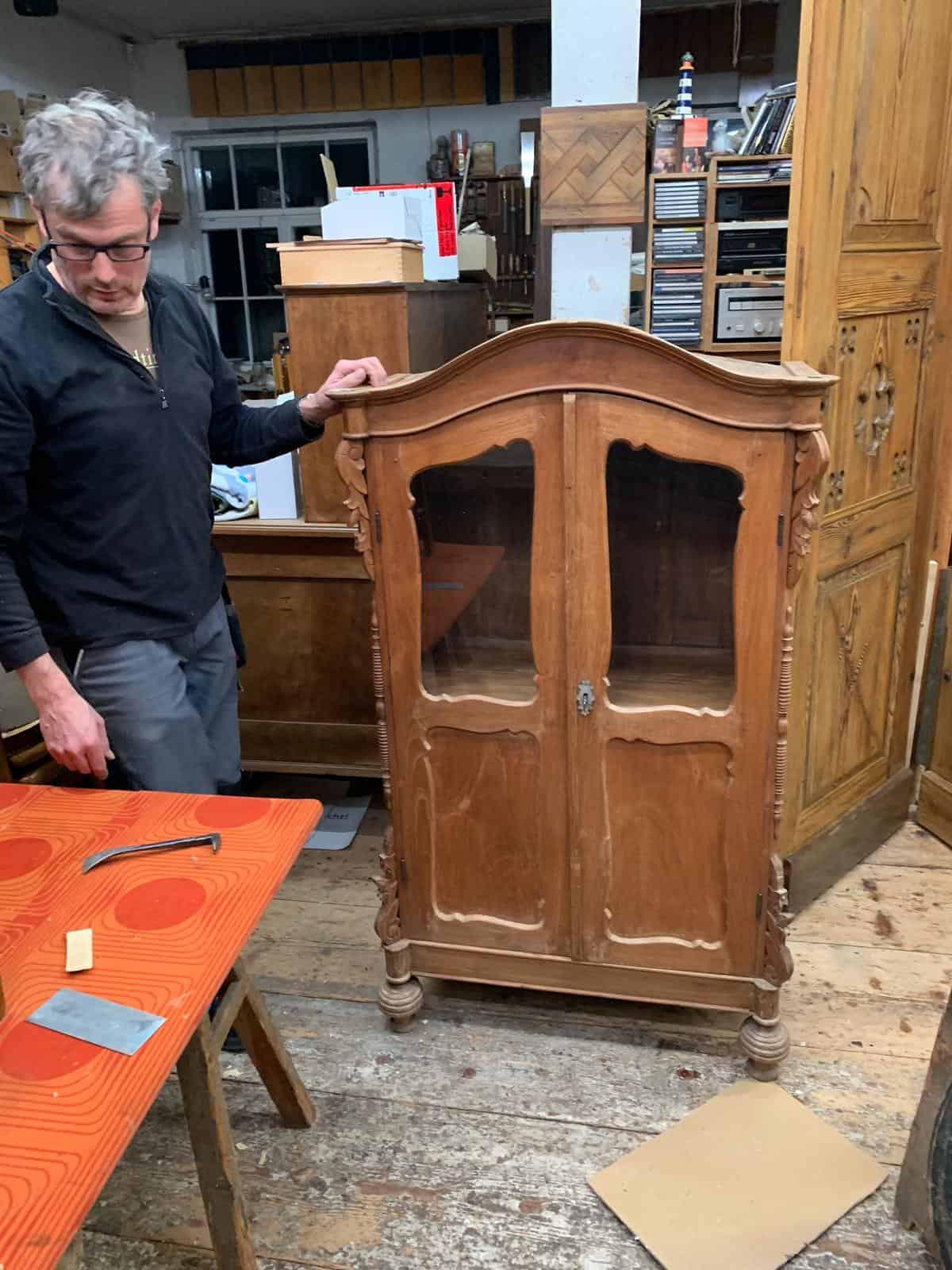 Helmut Stöhr beim restaurieren eines Massivholzmöbelstücks